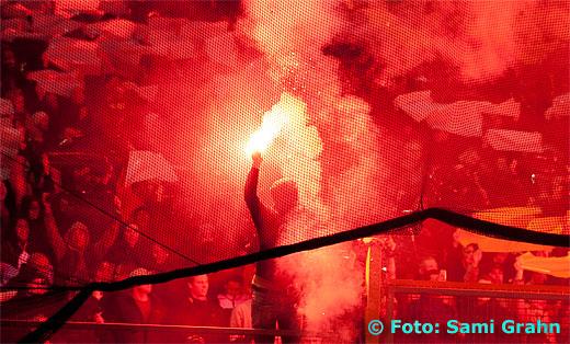 Röd pyroteknik från AIK:s läktarplats