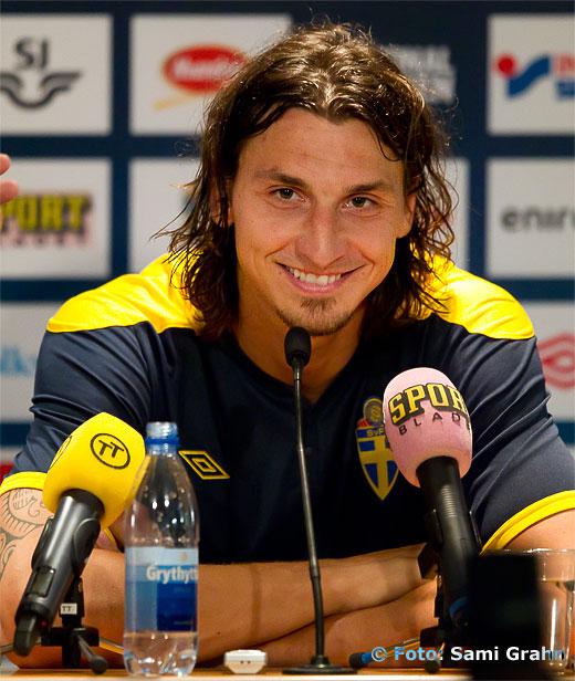 En glad Zlatan Ibrahimovic på presskonferensen