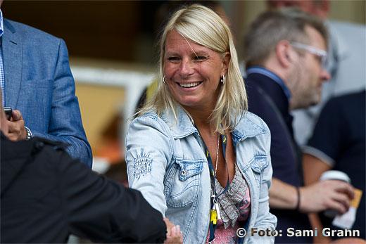 AIK:s VD Annela Yderberg på läktaren , glatt leende redan inför matchen