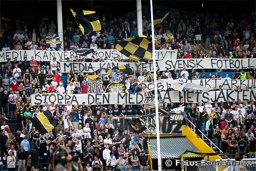 """AIK läktare klack fans banderoll """"Media kan verka konstruktivt, media kan lyfta svensk fotboll, stoppa den mediala hetsjakten. Positiv läktarkultur"""""""