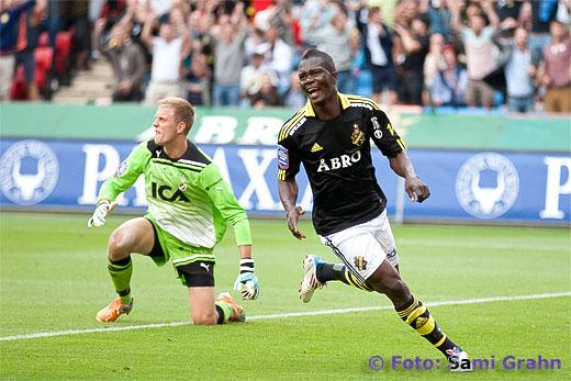 Mål igen (2-0) av AIK 19 Ibrahim Bangura , ilsken Halmstad målvakt Karl-Johan Johnsson