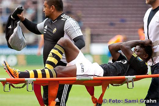 AIK 20 Mohamed Bangura skadad i vristen , bärs ut på bår , smärta ont