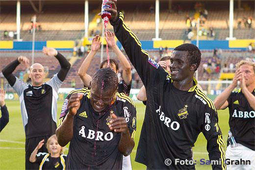 AIK 22 Kwame Karikari häller läsk på fyramålsskytten AIK 19 Ibrahim Bangura