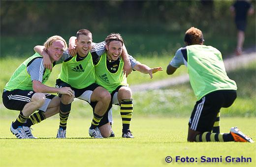 AIK 20 Mohamed Bangura fotograferar AIK 18 Niklas Maripuu , AIK 6 Alexander Milosevic , AIK 15 Kevin Walker