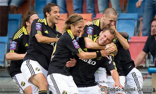 Målskytten AIK 5 Robert Ņhman Persson gratuleras av laget
