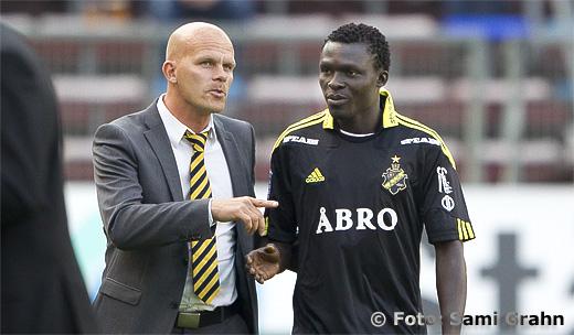 AIK sportchef Jens Andersson presenterar nyförvärvet AIK 31 Lalawelé Atakora för publiken