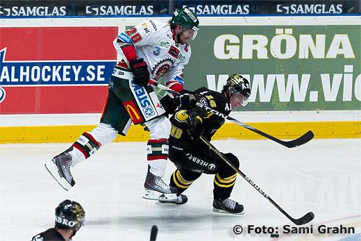 Frölunda Joel Lundqvist flyger förbi AIK Tobias Viklund