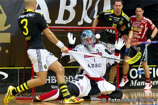 AIK Patrik Jansson blundar för bollen
