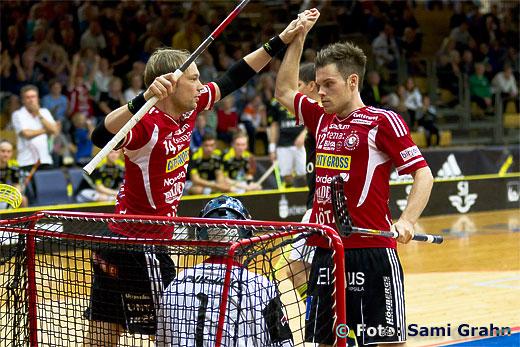 Mål av Storvreta Henrik Stenberg bakom AIK Patrik Jansson, gratuleras av Storvreta Hannes Öhman.