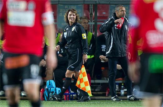 Den kvinnliga linjedomaren Hege Steinlund och Landskronas tränare Henrik Larsson