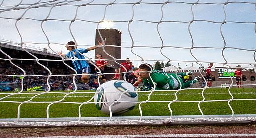 Avgörande 4-3 av Djurgården bakom Trelleborgs målvakt Viktor Noring