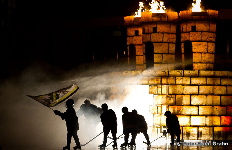 AIK målvakt 29 Markus Svensson gör rökig entré genom AIK-borgen