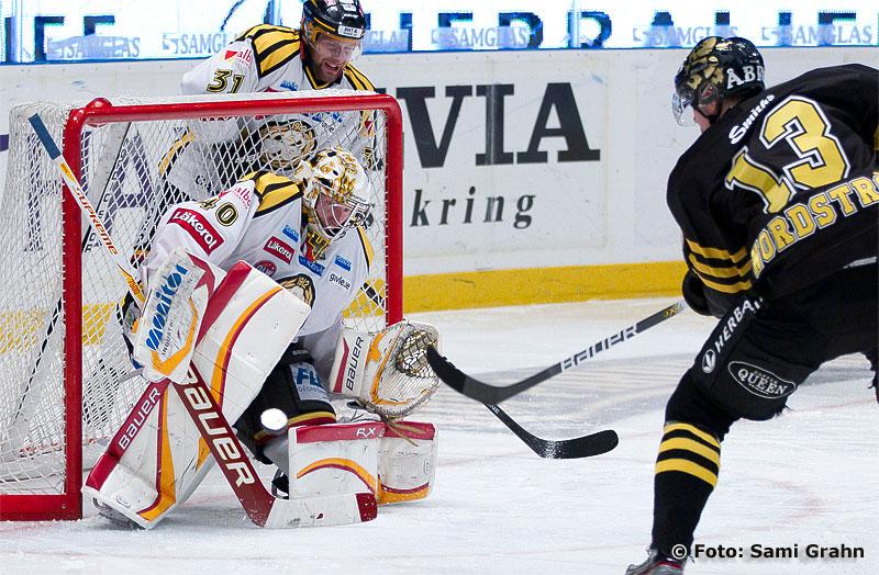AIK 13 Joakim Nordström prövar skott på Brynäs målvakt 40 Johan Holmqvist