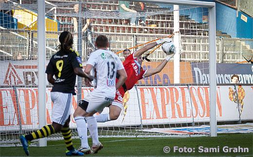 GAIS målvakt 1 Dime Jankulovski räddar nick från AIK 9 Martin Kayongo-Mutumba