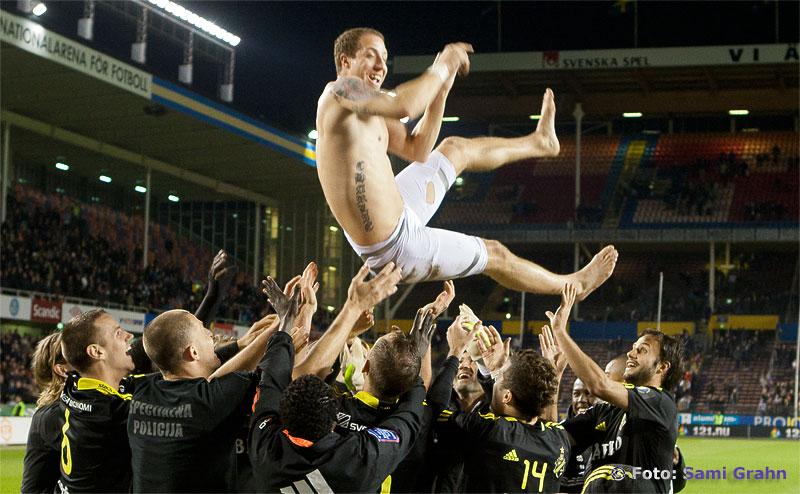 AIK 14 Kenny Pavey hissas upp i luften och gratuleras av lagmedlemmar