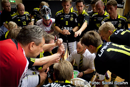 AIK huvudtränare Mika Packalén snackar taktik
