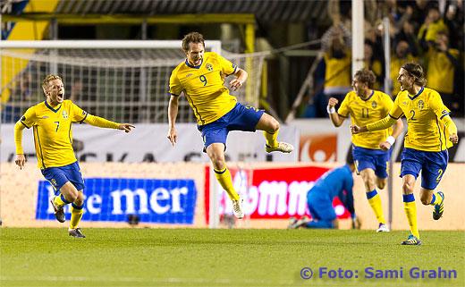 Sverige 9 Kim Källström firar 1-0 tillsammans med 7 Sebastian Larsson, 11 Johan Elmander och 2 Mikael Lustig