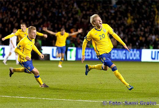 Sverige 20 Ola Toivonen jublar tätt följd av 7 Sebastian Larsson