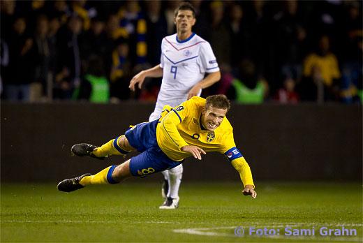 Sveriges lagkapten 8 Anders Svensson flyger fram