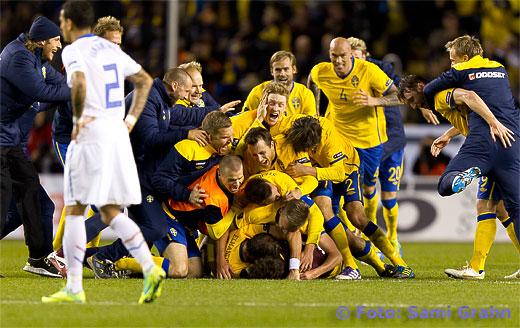 Sverige firar 3-2-segern över Holland med alla lägger sig ovanpå målvakten 1 Andreas Isaksson