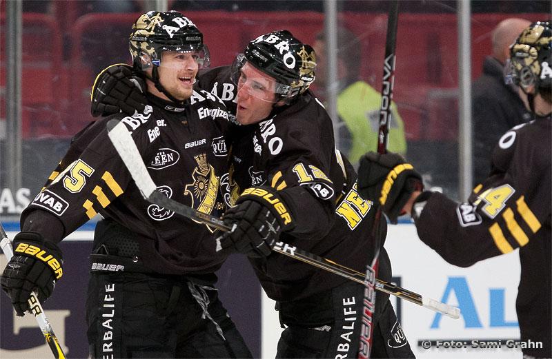 AIK 25 Johannes Salmonsson gratuleras närmast av 12 Patrik Nemeth