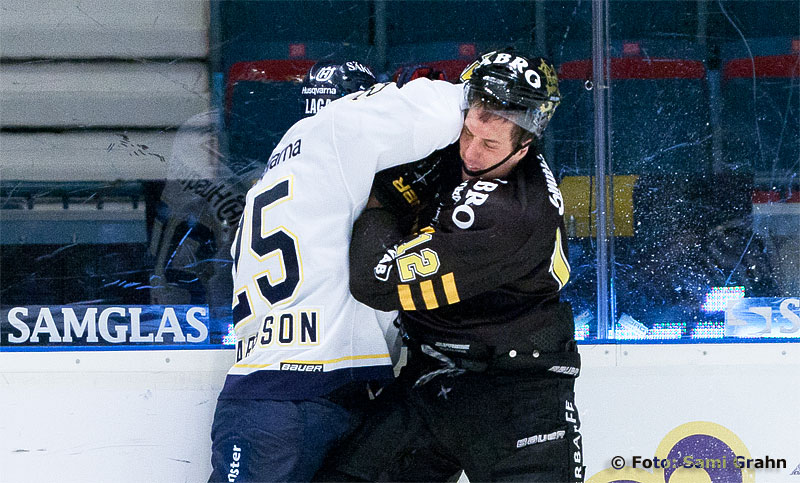 HV71 25 Mattias Karlsson trycker till AIK 12 Patrik Nemeth