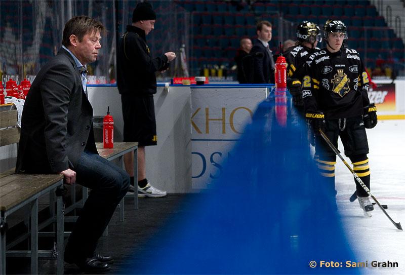 En ensam Gunnar Persson, AIK assisterande tränare