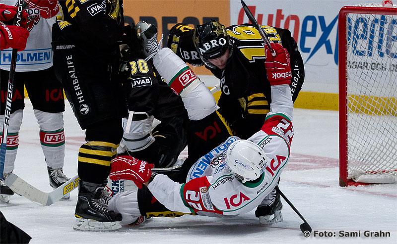 AIK 16 Tobias Viklund slänger omkull Modo 22 Thomas Pöck