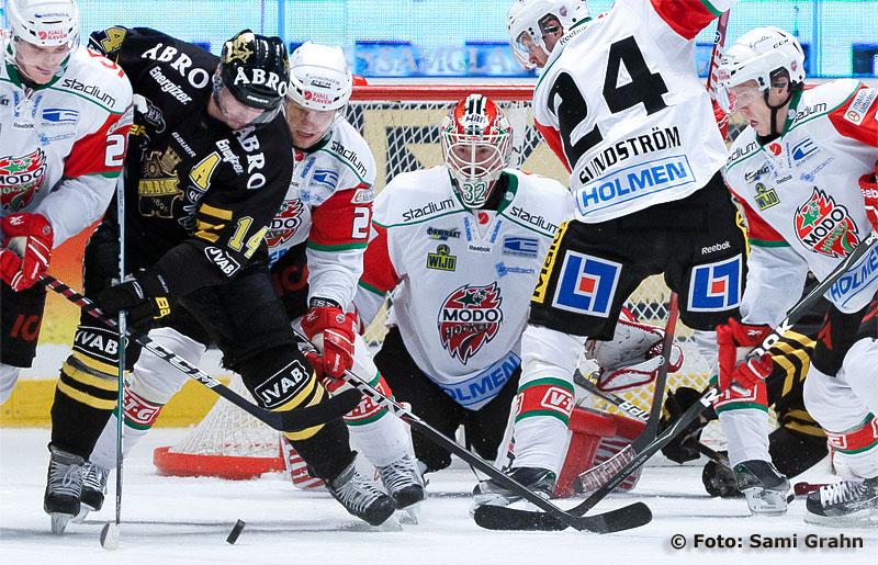 Trångt framför Modo målvakt 32 Mikael Tellqvist