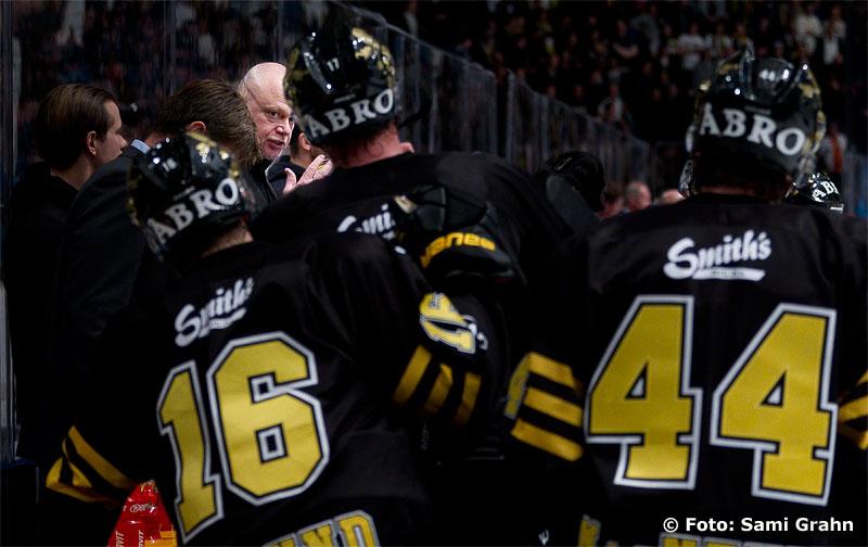 AIK huvudtränare Roger Melin manar på sina mannar