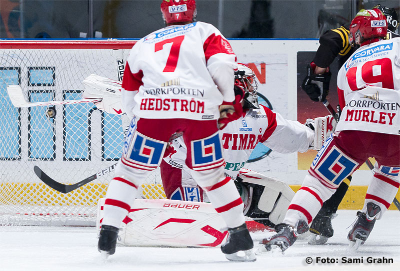 Timrå 7 Jonathan Hedström ser på när AIK 44 Josh MacNevin nätar bakom Timrå målvakt 84 Joakim Lundström