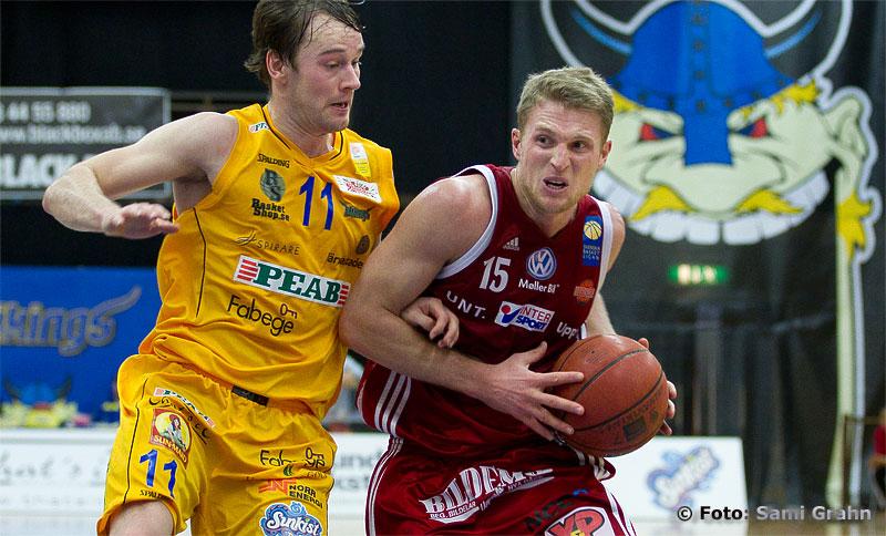 Solna Vikings 11 Logi Gunnarsson jagar Uppsala Basket 15 Rhys Carter