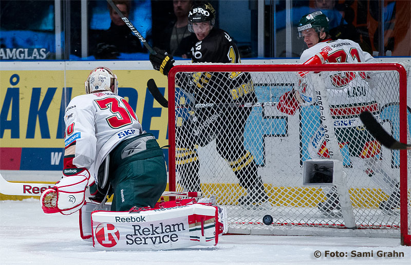 AIK 86 Oscar Ahlström gör mål bakom Frölunda 30 Frederik Andersen. Kameran vilar tryggt i sin lilla låda.