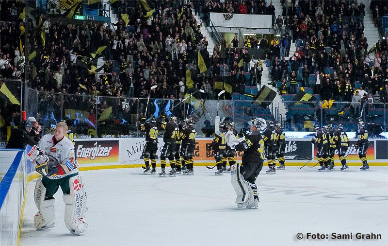 AIK tackar sina supportrar i den rekordstora klacken.