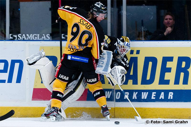 Luleå 90 Johan Harju trycker ned AIK 30 Viktor Fasth