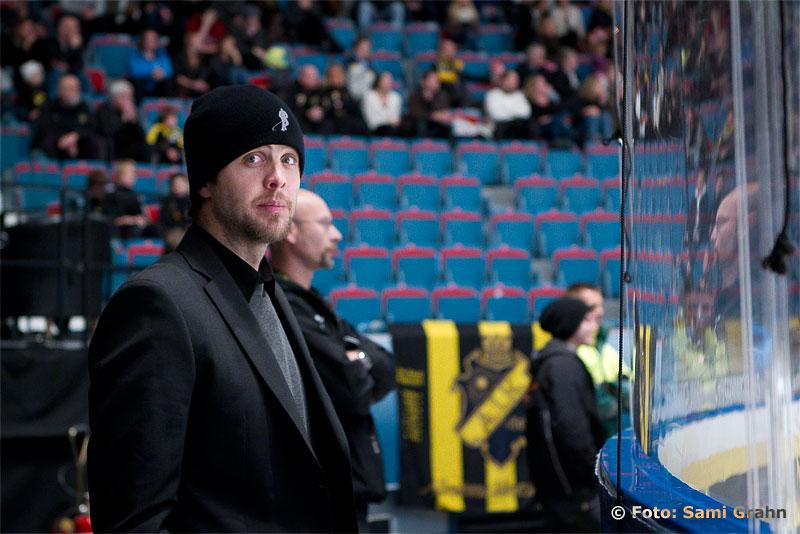 AIK 44 Josh MacNevin ser matchen från läktarplats