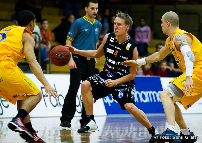 Norrköping 4 Mikko Riipinen mellan Solna Vikings 5 Anton Miller och 9 Tyler Laser