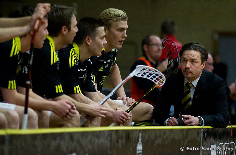 AIK huvudtränare Joakim Nordström Ribbing snackar med laget