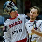 AIK målvakt 1 Patrik Jansson i samspråk med Pixbo 16 Emil Julkunen