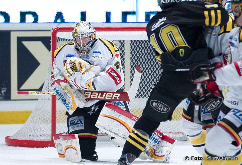 Brynäs målvakt 40 Johan Holmqvist räddar skott från AIK 10 Richard Gynge