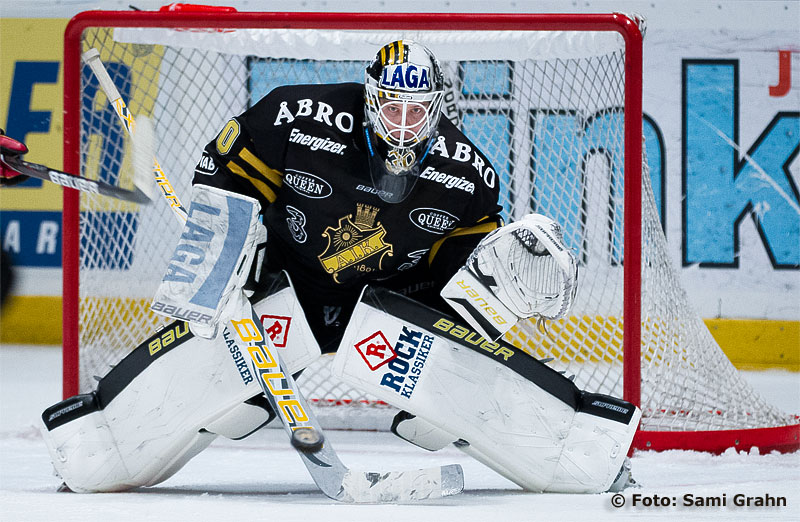 AIK målvakt 30 Viktor Fasth ser pucken komma mot plockhandsken