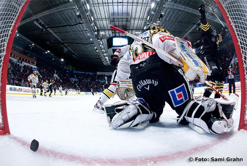 Mål av AIK 18 Kent McDonell bakom Brynäs 40 Holmqvist