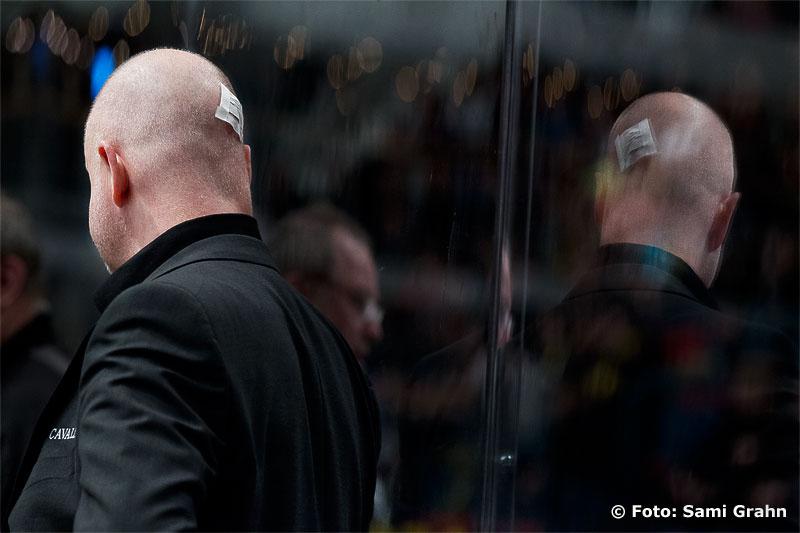 En omplåstrad AIK tränare Roger Melin