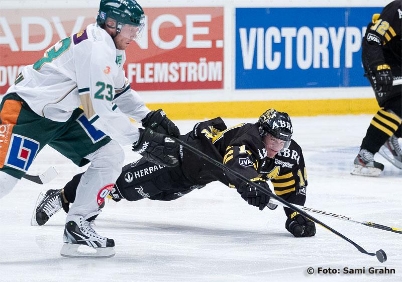 AIK 14 Daniel Rudslätt slänger sig efter pucken