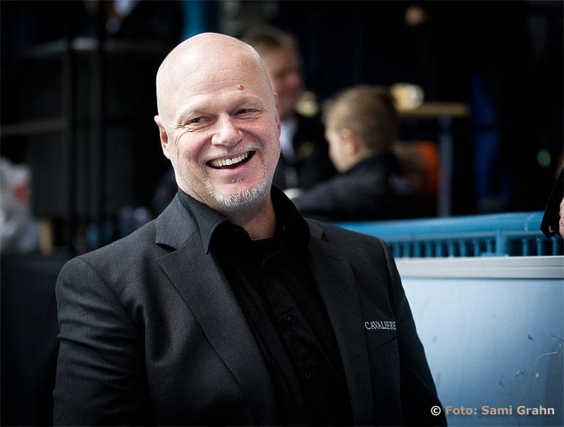 AIK huvudtränare Roger Melin kostar på sig ett skratt