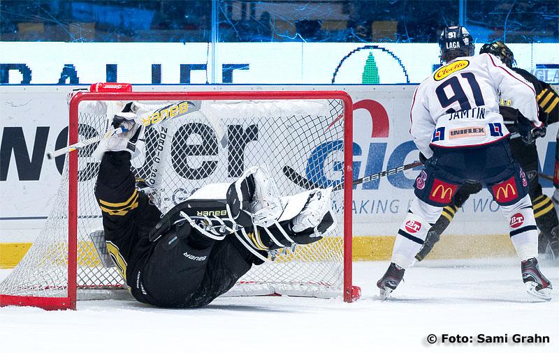Linköping 91 Andreas Jämtin kör omkull AIK målvakt 30 Viktor Fasth