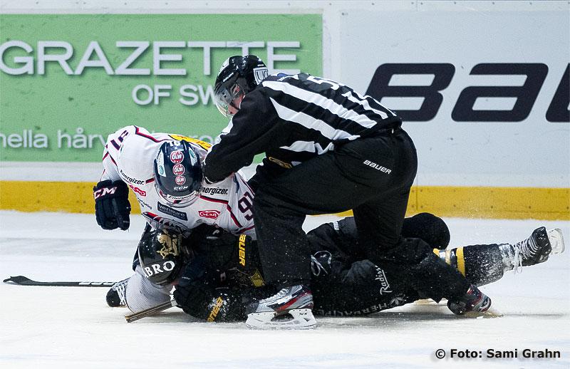 Linköping 91 Andreas Jämtin matar slag på AIK 37 Stefan Johansson