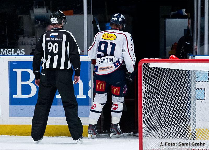 Linköping 91 Andreas Jämtin får matchstraff för fult spel.