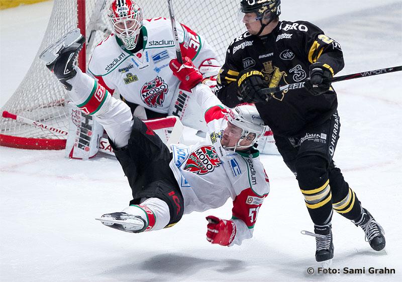 Modo 51 Jonas Ahnelöv bjuds på flygtur av AIK 25 Johannes Salmonsson