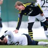 AIK 8 Daniel Tjernström ger Gefle 15 Mikael Dahlberg en hjälpande hand